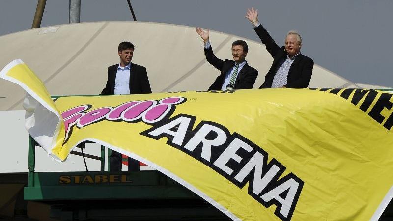 Zur Saison 2010/2011 erhielt das Stadion einen neuen Namen. Nach einem Fruchtgummihersteller heißt das Stadion seitdem Trolli-Arena. Zur Saisoneröffnung winken Präsident Helmut Hack (mitte) und Trolli-Chef Herbert Mederer den Fans.