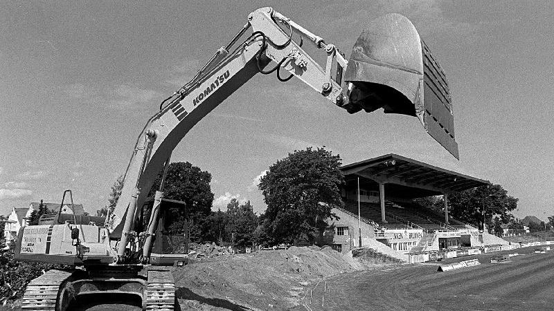 Der Umbau ging weiter: Im Juni 1999 wurde die alte Südkurve abgerissen...