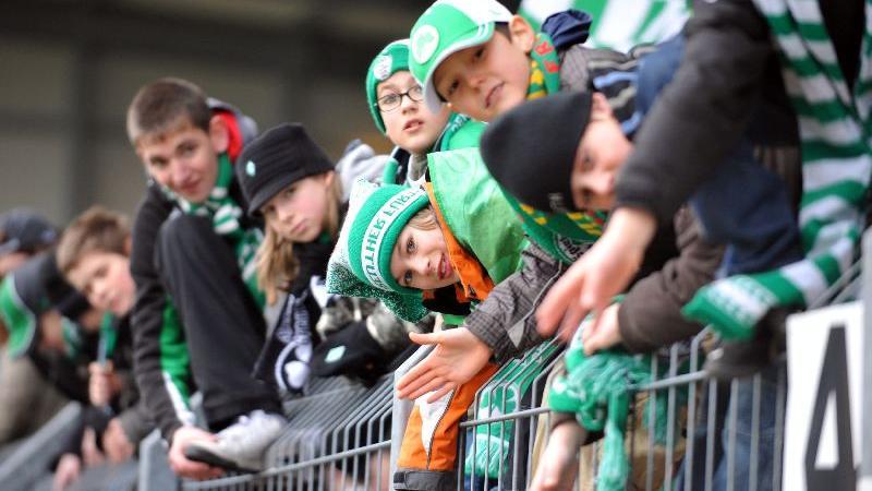 Fans warten 2009 aufs Abklatschen der Spieler.