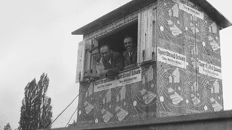 Insgesamt feierte die SpVgg drei deutsche Meistertitel. 1949, als diese Aufnahme der Sprecherkabine entstand, waren diese Zeiten aber vorbei.
