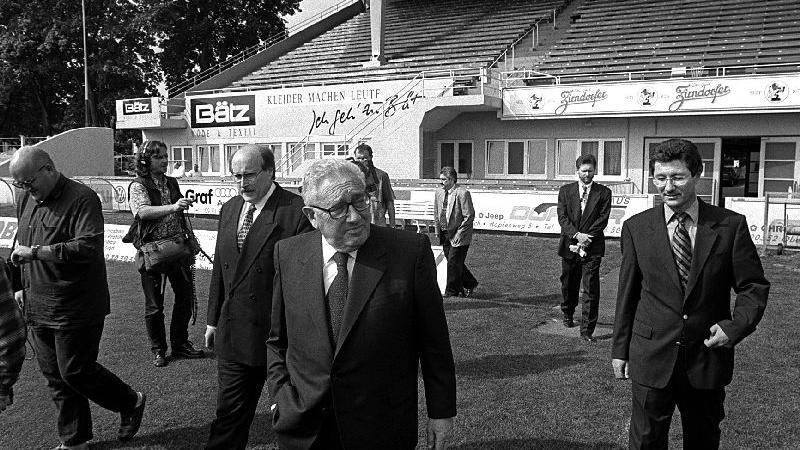 Im Mai 1998 besuchte einer der treuesten Fans aus Übersee den frisch herausgeputzten Ronhof: Fürths Ehrenbürger Henry Kissinger.