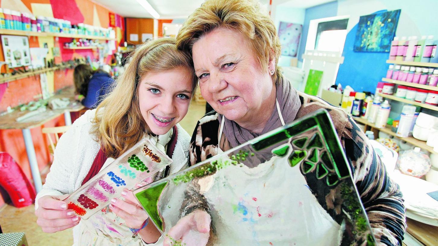 Inge Streicher und Enkelin Johanna belegen beide mit Begeisterung Kurse in der Kleinen Kreativ-Werkstatt in Zabo.