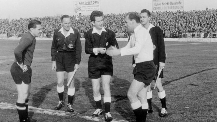 Die Duelle mit dem 1. FC Nürnberg machten schon immer den Reiz der Beziehung zwischen Fürth und Nürnberg aus. Auch der Ronhof erlebte legendäre Begegnungen. Hier stehen FCN-Legende Max Morlock und SpVgg-Legende Herbert Erhardt 1961 im Mittelkreis.