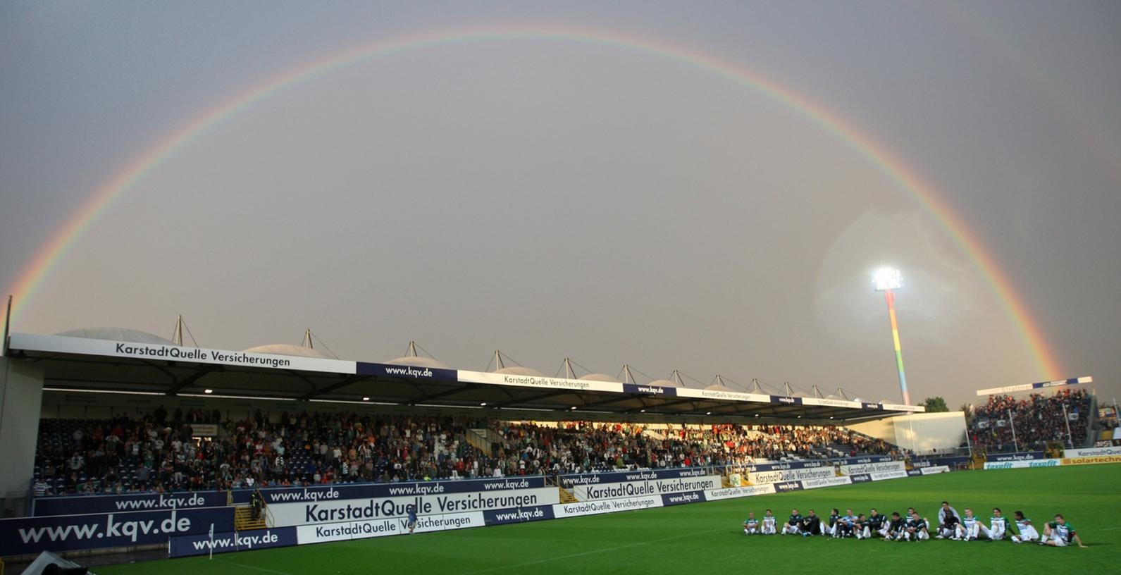 Der Ronhof unterm Regenbogen, nach einem Zweitliga-Spiel gegen den FC St. Pauli im August 2008. Das Stadion - inzwischen für die 1. Liga modernisiert - bleibt dem Kleeblatt bis 2040 erhalten.