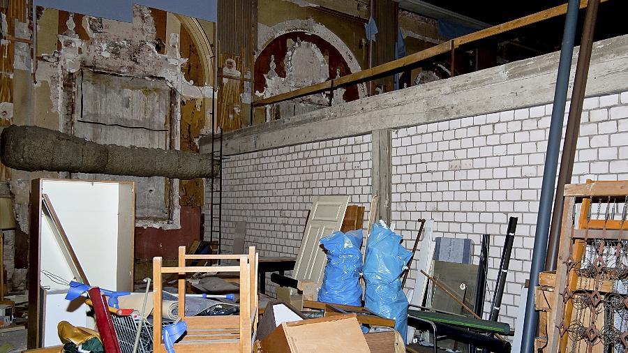 Verbaut, beschädigt, mit Müll vollgestopft: Nur noch erahnen lässt sich die einstige Pracht des Hotelsaals, der zwischenzeitlich auch als Kino genutzt wurde.