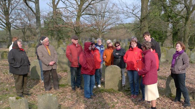 Ilse Vogel, hier rechts im Bild, wusste viele Details über den jüdischen Friedhof, die Grabsteine und das jüdische Leben im 18. und 19. Jahrhundert zu erzählen.