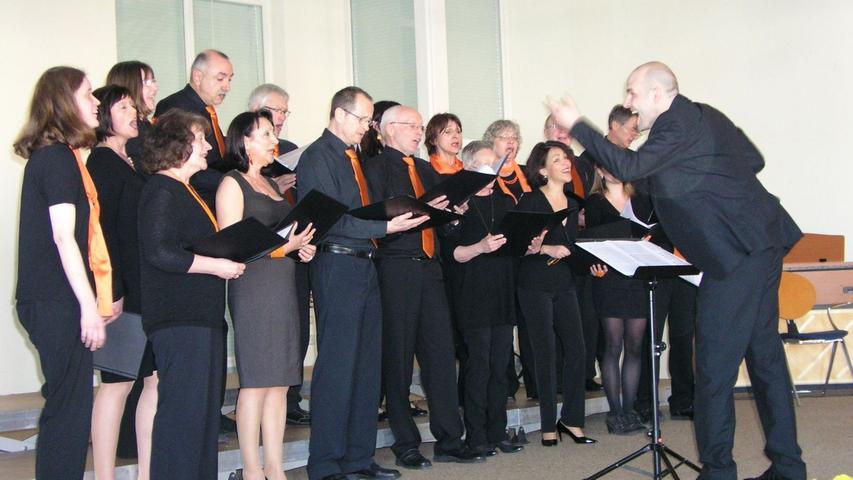 Der Chor Sing-a-Moll Röttenbach unter der Leitung von Ingo Behrens.