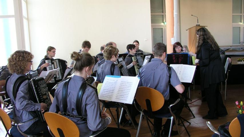 Der Harmonika Club Röttenbach unter Leitung von Simone Felgenhauer
