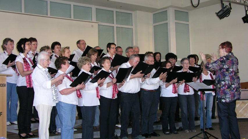Der Chor Harmonie Neuhaus unter der Leitung von Christiane Brenner