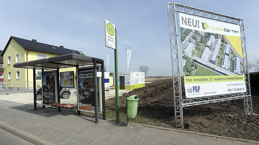 """Eine Werbetafel weist schon auf die in Poppenreuth geplanten """"Lindengärten"""" mit 37 Reihenhäusern hin. Die Erschließungsstraße der Siedlung soll nun nach Uwe Lichtenberg benannt werden."""