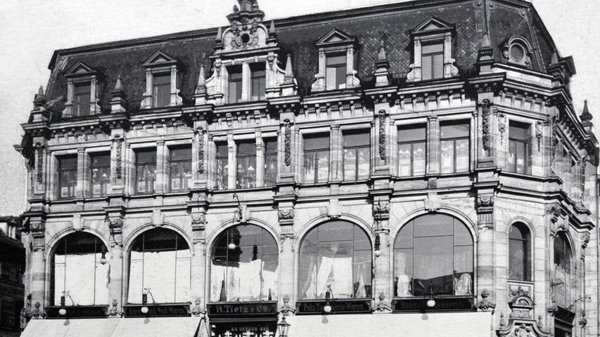 Eleganz und Schick zogen im Jahr 1900 am Kohlenmarkt ein: mit dem ersten Kaufhaus in Bayern, errichtet von Julius Tietz. Entworfen hatte es der renommierte Architekt Adam Egerer.