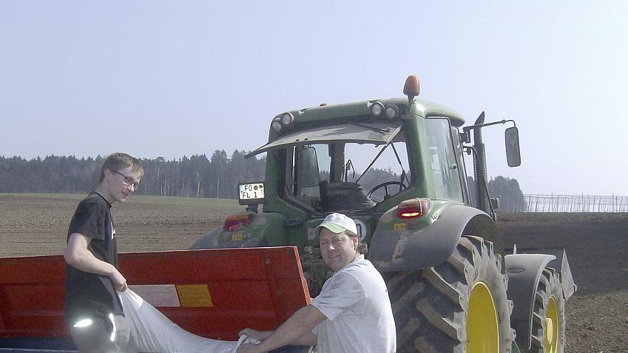 Lehrling Andreas Stenglein (li.) mit Juniorchef Bernd Friedrich auf dem Feld beim Säen der Braugerste.