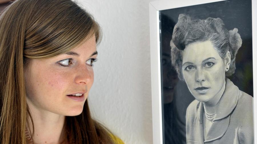 Ein Porträt, bei dem die Eine die Andere ergibt: Künstlerin Linda Männel hat ein Foto ihrer Großmutter übermalt und die Ähnlichkeit im Aussehen hervorgehoben.