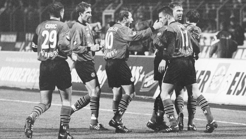 Gut gemacht! Pavel Kuka betätigte sich bei Nürnbergs 3:0-Heimerfolg gegen den FC Schalke 04 im Jahr 1999 als Doppelpacker, zur Freude seiner Spielkameraden.