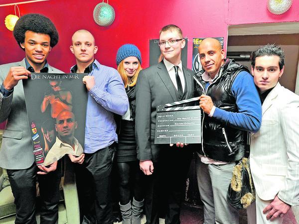 Davide Grisolia (Mitte mit Brille) freut sich mit seiner Filmcrew (von links: Raphael Mudola, Nick Förster, Selina Schischek, Lee Anthony und Firat Subasi) bei der Premiere des 60-Minüters.