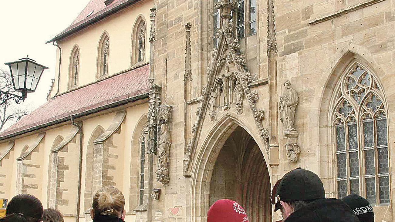 """Schach vor der Kirche, Gottesdienst in der Kirche: Die Linksjugend Weißenburg hatte am Karfreitag zu einer Kundgebung unter dem Motto """"Das Feiertagsgesetz Schachmatt setzen"""" aufgerufen."""