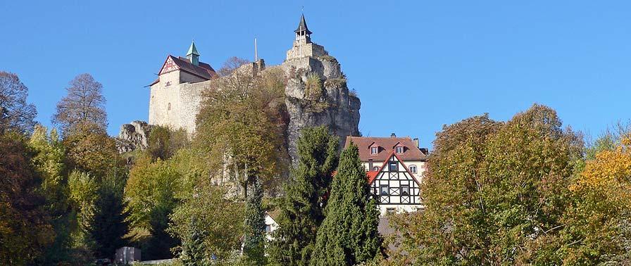 Die Burg Hohenstein thront auf einem 634 Meter hohen Dolomitfels. Deshalb gilt die Burg Hohenstein auch als höchster bewohnter Punkt Mittelfrankens. Nähere Informationen zur Burg Hohenstein gibt es hier  .