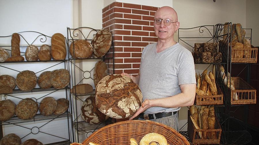 Schmeckt so wie früher: Mit Essigsauerteig backt Johannes Schwarz seine beliebten Brote.