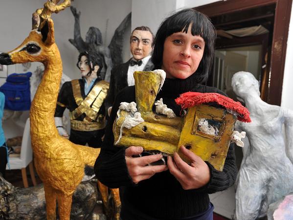 Christiane Altzweig schuf Einhörner und eine Spielzeugeisenbahn aus Pappmaché.