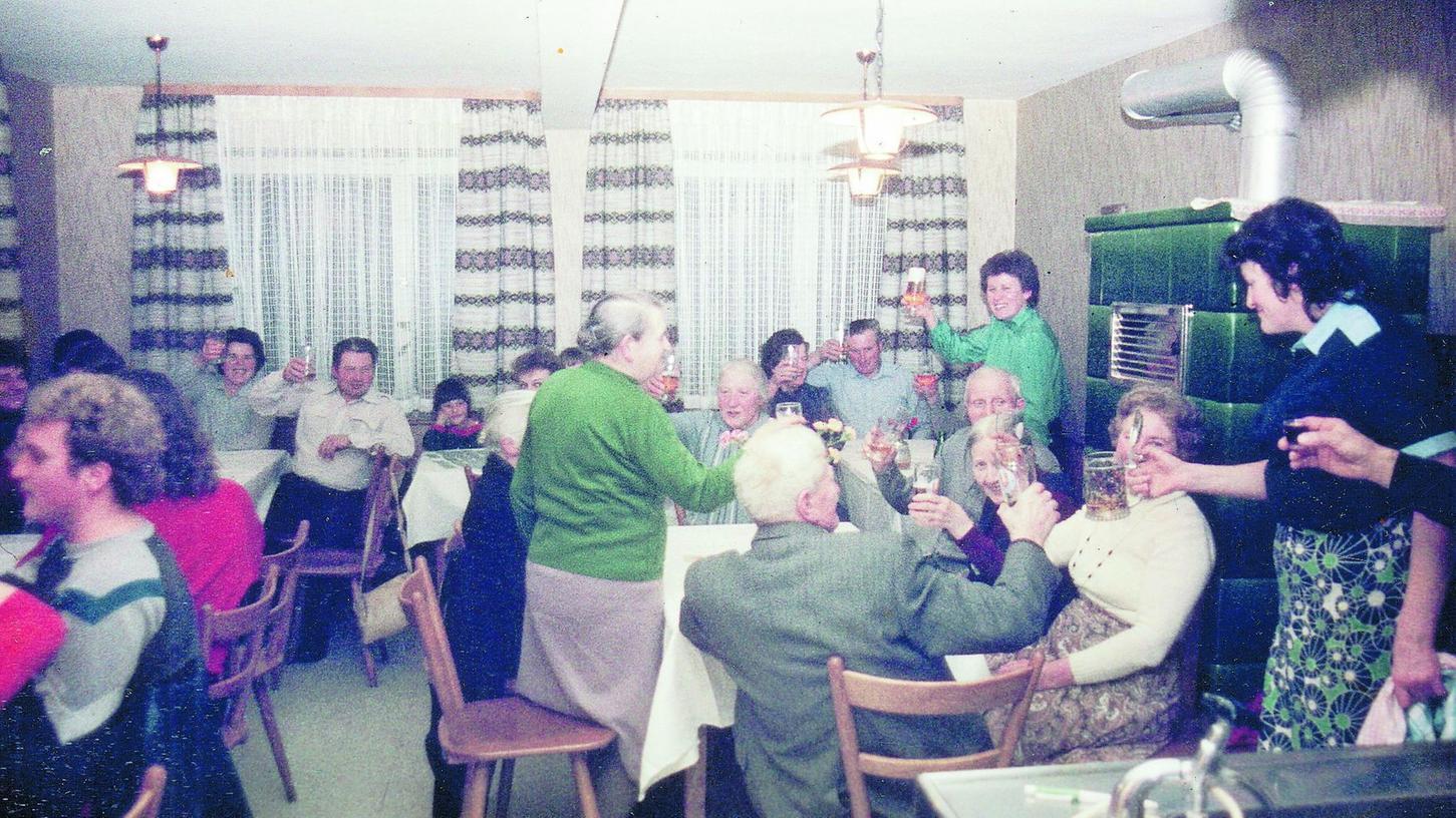 Ein Bild aus vergangener Zeit: Lustiger Abend in den 1980er Jahren im Hetzendorfer Dorfwirtshaus mit der damaligen Chefin Wirth.
