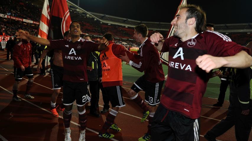 ...Daniel Didavi und Javier Pinola (rechts) vor Begeisterung hüpften.