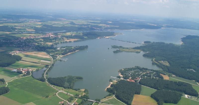 Rund 150 Millionen Kubikmeter Donau- und Altmühlwasser gelangen jedes Jahr über das Fränkische Seenland in Regnitz und Main. Dafür gibt es zwei voneinander unabhängige Systeme: die Überleitung über den Main-Donau-Kanal und den Rothsee sowie die Brombachseeüberleitung mit dem Großen und Kleinen Brombachsee, dem Igelsbachsee sowie dem Altmühlsee und dem Altmühlüberleiter. Beide Systeme überwinden die europäische Hauptwasserscheide. Sie verhindern zu niedrige Wasserpegel im Norden und sorgen gleichzeitig gegen sommerliche Überschwemmungen im mittleren Altmühltal vor.