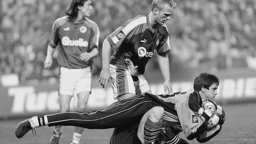 Immer wieder kam es auf dem langen Weg der Fürther in die Beletage des deutschen Fußballs zu Duellen mit dem großen Rivalen aus Nürnberg. So auch in der Saison 1997/98. Fürth und der Club waren gemeinsam aus der Regionalliga aufgestiegen. Das Hinspiel im Ronhof gewann der FCN, ein halbes Jahr später siegte das Kleeblatt unter Benno Möhlmann, der im Oktober Armin Veh als Coach abgelöst hatte, im Frankenstadion mit 1:0. Keeper Günther Reichold war im April 1998 der große Rückhalt seiner Mannschaft. Fürth schloss am Ende auf einem beachtlichen neunten Rang ab, der Club verabschiedete sich vorübergehend in die Bundesliga.