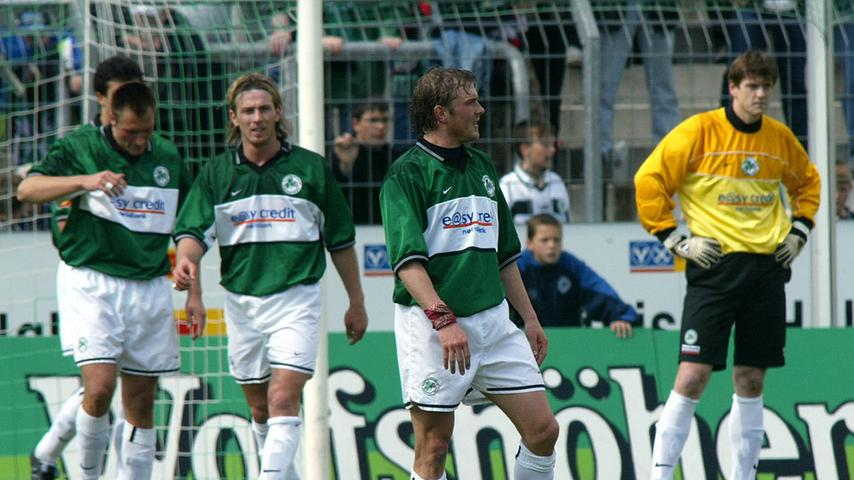 Die Bilder gleichen sich. Auch im Frühjahr 2002 blickte man im Ronhof in betretene Gesichter. Eugen Hach hatte ein halbes Jahr zuvor das Zepter an der Seitenlinie übernommen. Das Kleeblatt spielte gewohnt stark und hatte einmal mehr gute Karten den Fahrstuhl nach oben zu erwischen. Sieben Siege in Serie spülten die SpVgg am 24. Spieltag auf Rang drei. Doch wieder brachen die Weiß-Grünen im Saisonendspurt ein. Von den letzten zehn Partien wurden nur noch zwei gewonnen. Der Tiefpunkt am letzten Spieltag, als Hannover 96 am Ronhof mit 5:1 triumphierte. Bilanz nach 34 Durchgängen: 59 Punkte, Platz 5.