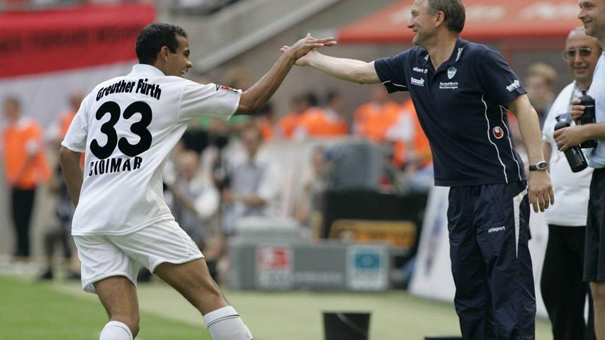 Das erneute Scheitern am Ende der Vorsaison schien den Fürthern zu Beginn der Spielzeit 2006/07 noch in den Kleidern zu hängen. Das Kleeblatt kam einfach nicht in Fahrt und schien mit dem Aufstieg nichts zu tun zu haben. Zur Winterpause betrug der Rückstand auf einen der ersten drei Plätze satte zwölf Zähler. Doch Benno Möhlmann brachte seine Mannschaft im Trainingslager auf Vordermann und startete eine imposante Aufholjagd. Am 31. Spieltag zog die SpVgg dank eines 2:0-Auswärtssieges in Köln (hier jubelt Winterneuzugang Cidimar über seinen Treffer zum Endstand) mit der Konkurrenz gleich.