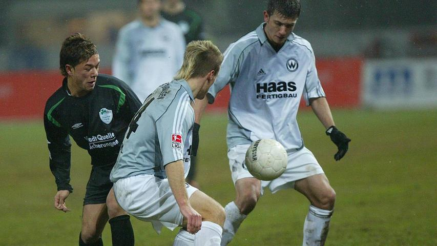 Elfmal stand die SpVgg Greuther Fürth während der Spielzeit 2005/06 auf einem Aufstiegsplatz - am Saisonende allerdings traditionell nicht. Nachdem am 16. Spieltag die Spitze erklommen wurde, verloren die Leistungen der Kleeblatt-Profis an Konstanz. Fünf Monate lang schafften es die Weiß-Grünen nicht mehr, einem Sieg einen zweiten Dreier folgen zu lassen. Nach einem 2:2 in Burghausen am 26. Spieltag war der Aufstiegsrang endgültig weg. Fürth wurde - na klar - Fünfter.