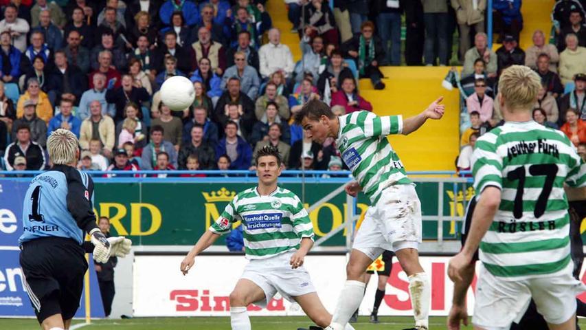 Mittelmäßig gestartet dümpelte die SpVgg in der Saison 2002/03 lange Zeit im Mittelfeld der Tabelle herum. Dann aber legte das Kleeblatt ab dem 22. Spieltag eine Serie hin und verlor wochenlang kein Spiel mehr. Nach einem 2:0 gegen den 1. FC Köln am 32. Spieltag kletterten die Weiß-Grünen erstmals auf einen Aufstiegsplatz. Zwei Siege fehlten zum großen Ziel - und die sollten gegen Aufsteiger Burghausen und den abstiegsbedrohten KSC her. Zweimal führten die Fürther am vorletzten Spieltag gegen den SV Wacker (hier köpft Christian Eigler das 2:1), doch es sollte nicht reichen.