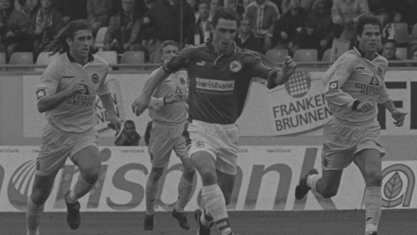 Zu Beginn der Spielzeit 1999/00 hatte sich Fürth wieder gefangen. Nach einem 2:0 gegen TB Berlin (hier macht sich Mirko Reichel auf den Weg zum 1:0) am siebten Spieltag grüßte das Kleeblatt gar von der Spitze. Danach lief am Laubenweg allerdings nicht mehr viel zusammen. Mitte April 2000 war bei nur drei Zählern Vorsprung sogar der Abstieg wieder ein Thema. Schließlich reichte es für die Möhlmann-Elf am Ende aber zu Platz sieben.