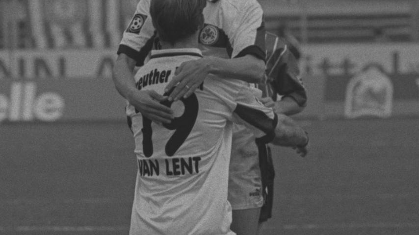 Bereits im zweiten Jahr träumte Fürth vom Aufstieg. Am 22. Spieltag der Saison 1998/99 trug Arie van Lent nicht nur Rachid Azzouzi spazieren, sondern auch die Verantwortung dafür, dass das Kleblatt Fortuna Köln mit 4:0 besiegte. Der Niederländer erzielte gleich alle vier Treffer selbst. Zwölf Spieltage vor Rundenschluss hatte die SpVgg sechs Punkte Vorsprung auf einen Nichtaufstiegsplatz. Was zu diesem Zeitpunkt niemand ahnen konnte: Das Kleeblatt sollte fortan kein Spiel mehr gewinnen.