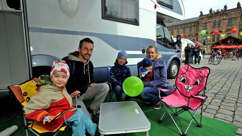 Das wär doch was für den nächsten Urlaub! Familie Heyde besichtigt zum Verkauf stehende Wohnmobile.