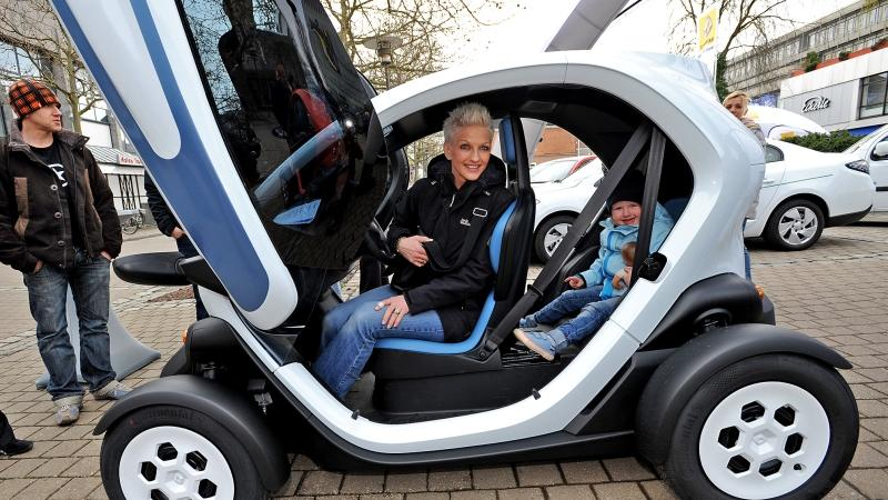 Ein ganz anderes Fortbewegungsmittel erfreut hier die ganze Familie: eine neue Elektromobil-Variante durfte bestaunt werden.