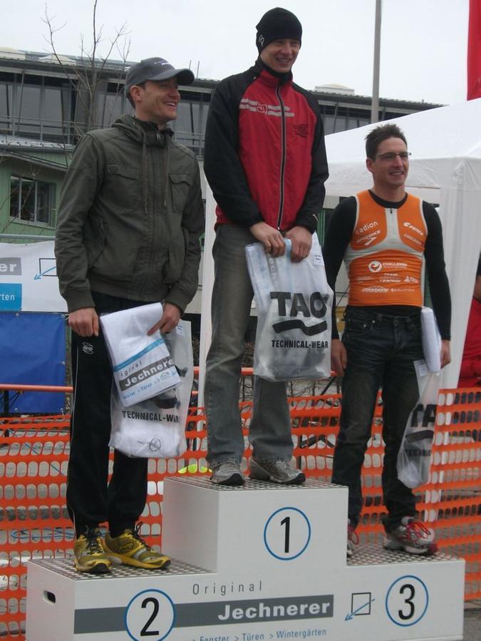 Entspannte Siegerehrung in Ansbach: Thomas Hofmann (von links), Bernd Hagen und Michael Hofmann.
