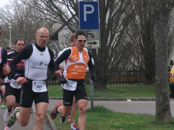 Da sind sie noch dicht beeinander: Der spätere Sieger Bernd Hagen (links) und Michi Hofmann.