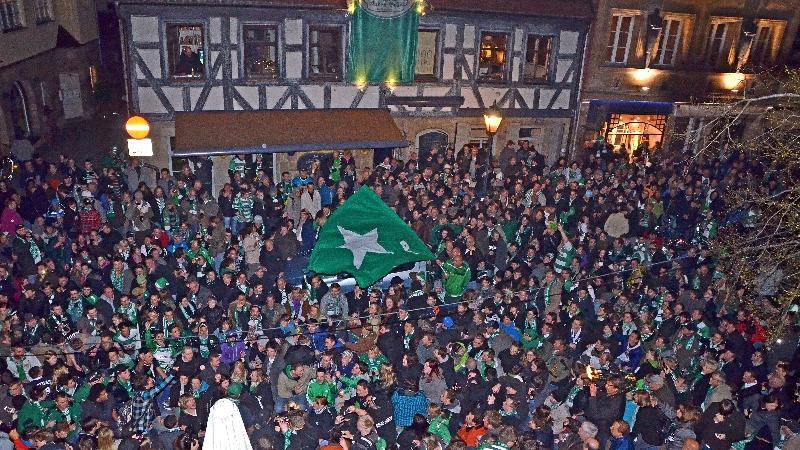 Tausende haben sich versammelt, um diesen Moment gemeinsam zu genießen.