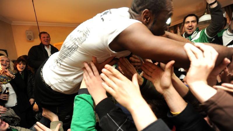 Aufstiegsfeier in Fürths Kneipenmeile - Gerald Asamoah macht den Diver.