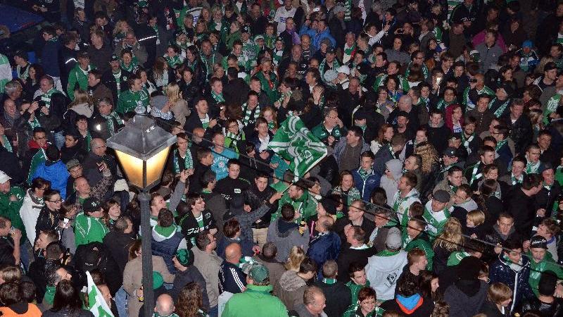Aufstiegsfeier in Fürths Kneipenmeile - Mehrere tausend Fans warten auf die Spieler.