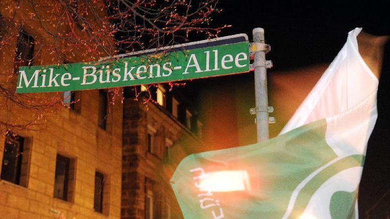 Aufstiegsfeier in Fürths Kneipenmeile - Fans widmen die Obere Fischerstraße kurzerhand zur Mike-Büskens-Allee um.