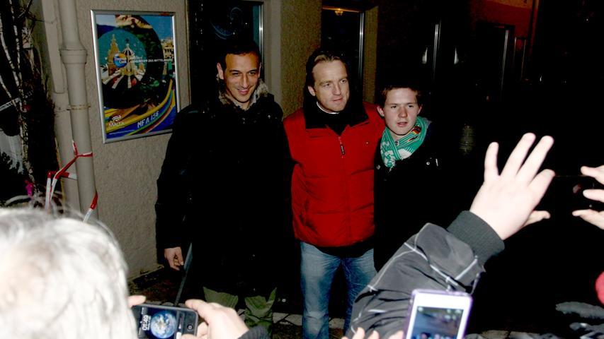 Ganz zum Schluss kamen sie doch noch: Es war schon Dienstagmorgen, als Trainer Mike Büskens (Mitte) und Manager Rachid Azzouzi aus Dresden zurückkehrten und in die Gustavstraße einbogen.
