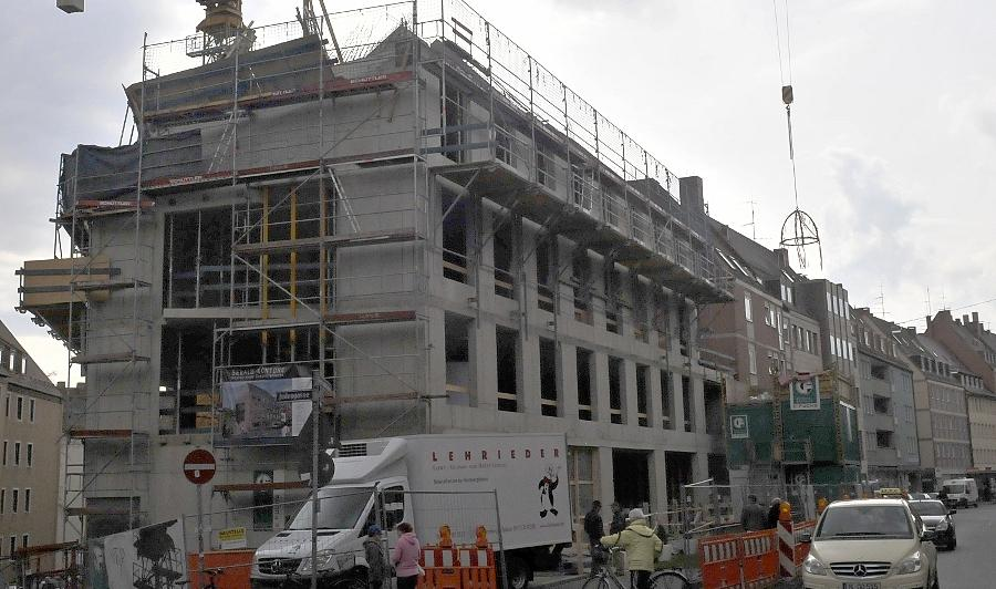 """Am Mittwoch wurde dem Rohbau der """"Sebald Kontore"""" die Richtkrone aufgesetzt. Neun Millionen Euro investiert der Bauherr an der Stelle, wo einst das Gebäude der Innungskrankenkasse stand. Dieses wurde im Jahr 2010 komplett abgerissen."""