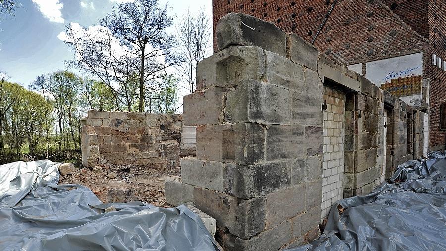 Vom  historischen Mühlengebäude sind nur noch Reste der Grundmauern übrig. Dahinter ist der 1948  errichtete Klinkerbau zu sehen, der nach bisheriger Planung zu Wohnzwecken genutzt werden soll.