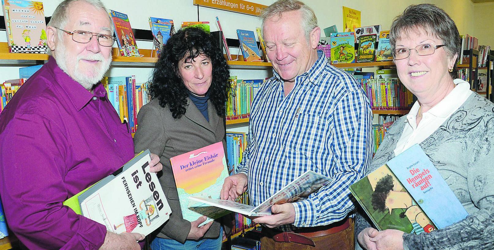 Robert Weigl (v. l. ), die Leiterin der Stadtbibliothek Gabriele Lechner, Herbert Goldmann und Gerlinde Martini sind dabei beim Neuversuch des Seniorenbeirats, Lesepaten für Kinder zu finden.
