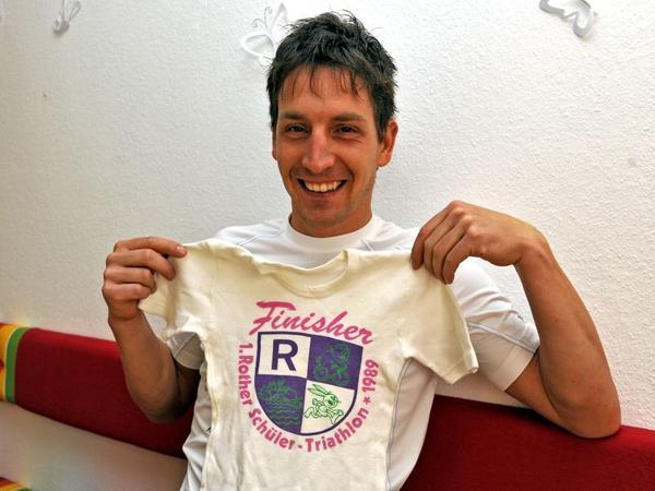 Ein Erinnerungsstück an die Zeit, in der alles anfing: Michael Hofmann mit einem Finisher-T-Shirt vom Rother Schüler-Triathlon 1989.