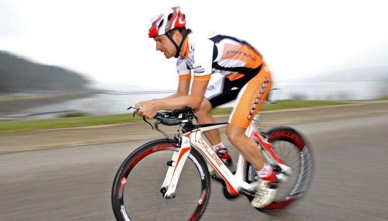 Mal ganz schnell, mal lang und langsam: Michael Hofmann trainiert auf seinem Fahrrad.
