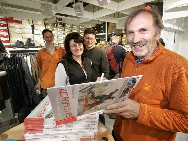 Kletterer Kurt Albert im Jahr 2005, beim Signieren eines Buches auf der Consumenta.