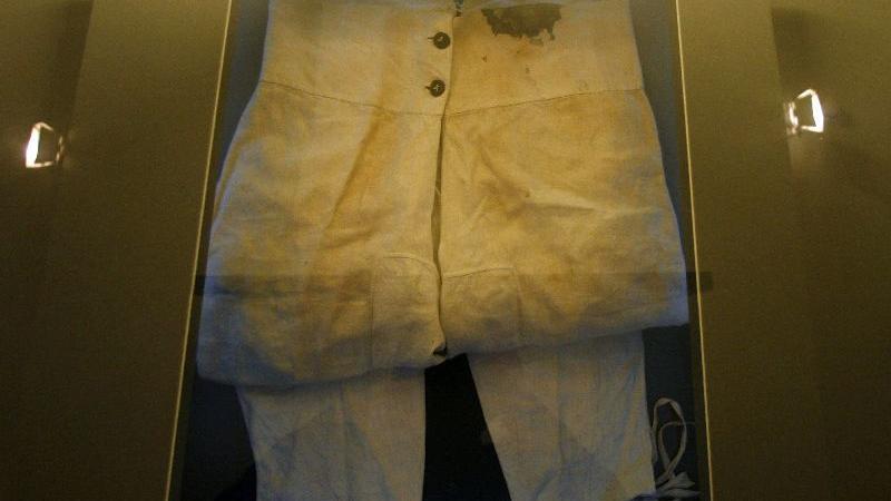 ... darunter auch eine Unterhose auf dem die Blutspuren des Mordanschlags noch zu sehen sind,...