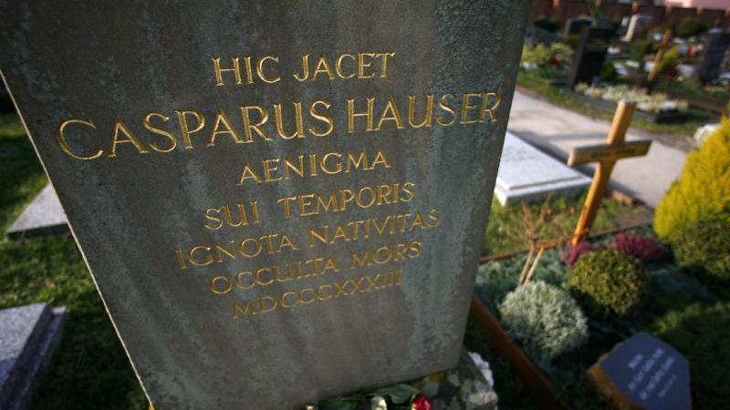 Am 14. Dezember 1833 gelang schließlich ein weiterer Mordversuch: Ein Maskierter fügte Kaspar Hauser so schwere Stichverletzungen zu, dass er drei Tage später in Ansbach starb. Sein Grabstein steht noch heute auf dem Ansbacher Stadtfriedhof und lockt jedes Jahr tausende Touristen an.